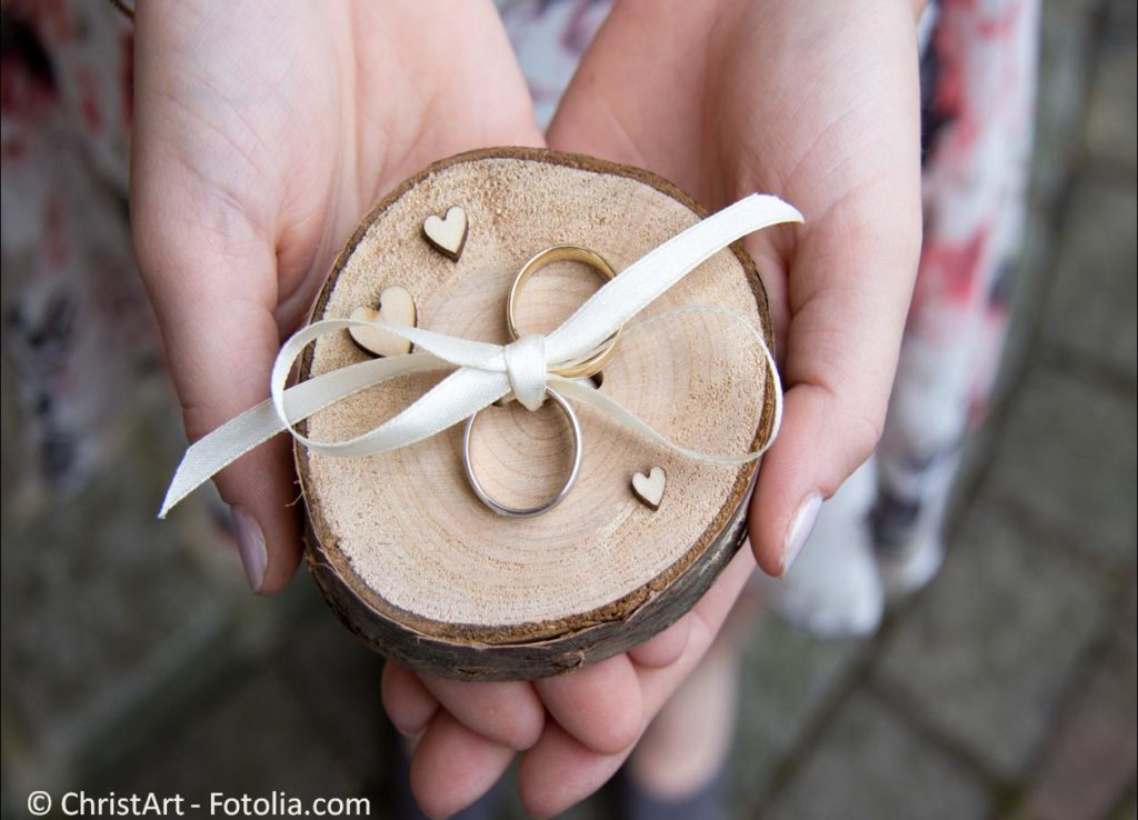 Die passenden Ringe und der perfekte Schmuck für die Ewigkeit - #132412081   © ChristArt - Fotolia.com